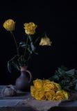 Todavía vida con las flores marchitadas amarillo Foto de archivo