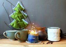 Todavía la vida con café y una Navidad mágica brillan intensamente Fotos de archivo