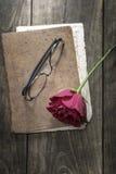 Todavía la vida con el cuaderno del vintage y subió Fotografía de archivo