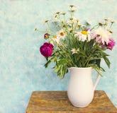 Todavía la vida con el ramo de verano florece en un tarro Foto de archivo libre de regalías
