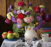 Todavía la vida con el ramo del otoño de jardín florece Fotografía de archivo
