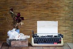 Todavía la vida con la máquina de escribir vieja, libro, lentes con seco subió Fotografía de archivo libre de regalías