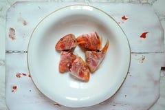 Todavía la vida con los pescados del salmonete rojo dirige en una placa del blanco del vintage Imagenes de archivo