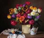 Todavía la vida con un ramo hermoso de país florece Fotografía de archivo libre de regalías
