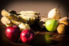 Todavía la vida da fruto con la pera china, el kiwi, la manzana roja, las uvas y el Cu Fotos de archivo