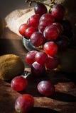 Todavía la vida da fruto con la pera china, el kiwi, la manzana roja, las uvas y el Cu Foto de archivo