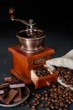 Todavía la vida de los granos de café en yute empaqueta con la amoladora de café Fotos de archivo libres de regalías
