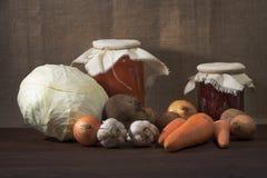 Todavía la vida de verduras maduras cosechó en un jardín Fotografía de archivo libre de regalías