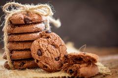 Todavía la vida del cierre para arriba apiló las galletas de microprocesador de chocolate en servilleta Fotos de archivo libres de regalías