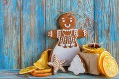 Todavía la vida del pan de jengibre, hombres de pan de jengibre, secó naranjas en fondo de madera azul, fondo de la Navidad o del Fotos de archivo libres de regalías