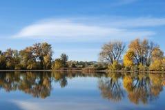 Todavía lago con colores del otoño Imágenes de archivo libres de regalías