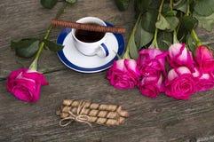 Todavía las rosas rosadas de la vida reman el café y las galletas Fotos de archivo