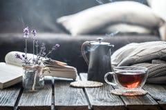 Todavía libro de la vida y una taza de té en la sala de estar fotos de archivo