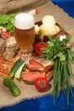 Todavía Lif con la cerveza y las patatas Imagen de archivo libre de regalías