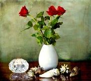 Todavía llife con la vela y los shelles rojos de las rosas Imágenes de archivo libres de regalías