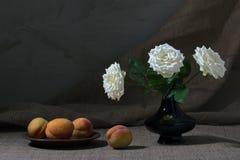 Todavía melocotones y rosas Foto de archivo
