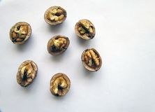 Todavía mitad-nueces agrietadas en cáscaras Foto de archivo libre de regalías