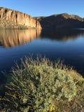 Todavía reflexión del agua en el lago canyon foto de archivo