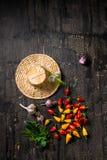 Todavía remate abajo de las pimientas rurales hermosas de la vida, ajos Foto de archivo