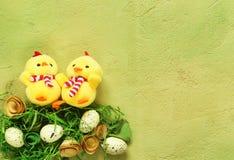 Todavía símbolos del día de fiesta de Pascua de la vida - huevos y pollos Fotos de archivo
