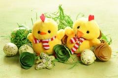 Todavía símbolos del día de fiesta de Pascua de la vida - huevos y pollos Foto de archivo libre de regalías