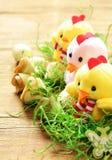 Todavía símbolos del día de fiesta de Pascua de la vida - huevos y pollos Fotografía de archivo libre de regalías