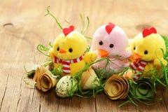 Todavía símbolos del día de fiesta de Pascua de la vida - huevos y pollos Fotos de archivo libres de regalías