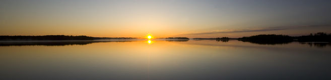 Todavía salida del sol en el lago island Foto de archivo