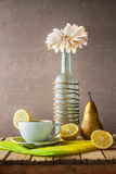 Todavía té blanco de la botella del gerbera de la vida Fotografía de archivo