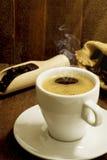 Todavía taza de café de la vida en el fondo de madera Imágenes de archivo libres de regalías