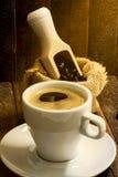 Todavía taza de café de la vida en el fondo de madera Foto de archivo