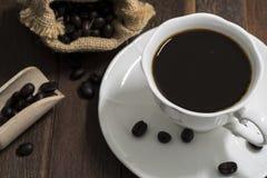 Todavía taza de café de la vida en el fondo de madera Foto de archivo libre de regalías