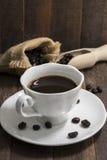 Todavía taza de café de la vida en el fondo de madera Fotos de archivo libres de regalías
