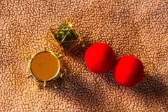 Todavía teclee el plástico del juguete con vida roja de la Navidad de la bola Fotos de archivo libres de regalías