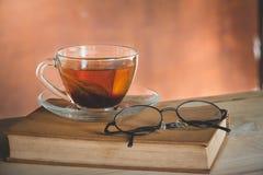 Todavía tiempo del té de la vida con el libro Imagenes de archivo
