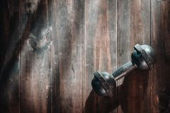 Todavía tiro de arriba de la vida de las pesas de gimnasia de acero del grunge en flo de madera Imágenes de archivo libres de regalías