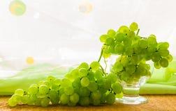 Todavía uvas de vino del bottlle de la fruta de la vida Foto de archivo libre de regalías