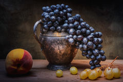 Todavía uvas naturales de la vida Fotografía de archivo libre de regalías