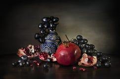Todavía uvas y jarra del granate Foto de archivo libre de regalías