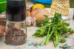 Todavía vida al aire libre con las verduras frescas y la pimienta negra Foto de archivo