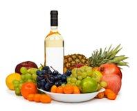Todavía vida - botella de vino y de frutas en blanco Imágenes de archivo libres de regalías