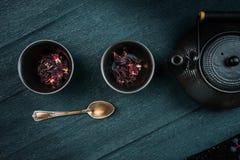 Todavía vida 1 ceremonia de té, hibisco en platos japoneses tradicionales en un fondo oscuro Primer Visión superior Foto de archivo libre de regalías