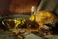 Todavía vida con aceite y pan de oliva en un estilo rústico Imagen de archivo libre de regalías