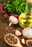 Todavía vida con ajo, el aceite vegetal y especias Foto de archivo