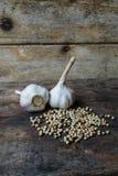 Todavía vida con ajo y pimientas Foto de archivo libre de regalías