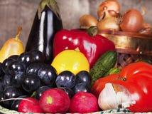 Todavía vida con algunas frutas y verdura. Fotos de archivo libres de regalías