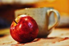 Todavía vida con Apple y el cuenco Foto de archivo libre de regalías