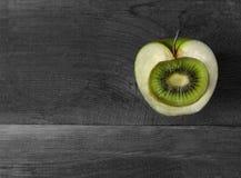 Todavía vida con Apple y el kiwi creativos Imagen de archivo libre de regalías