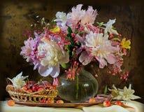 Todavía vida con belleza de los peonies de las flores Imagen de archivo