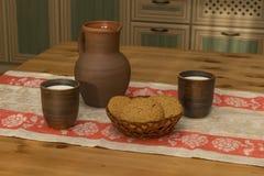 Todavía vida con cerámica, leche y galletas en la cocina Imagen de archivo